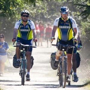 Peregrinos facendo o Camiño en bicicleta