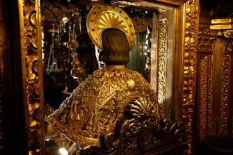 Bild des Apostels, der von Pilgern umarmt wird, aus rückwärtiger Ansicht, Hochaltar der Kathedrale