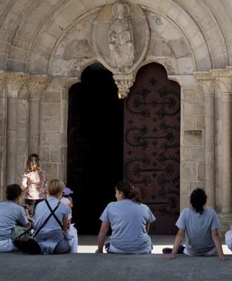 Di fronte alla porta romanica nord della cattedrale di Lugo