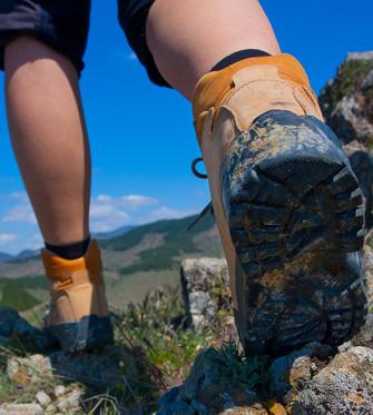 Il ne faut pas utiliser des chaussures qui serrent trop la cheville, car cela appuierait directement sur le tendon, ni avec des talons trop mous