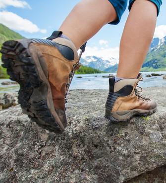 Pour éviter les entorses, il vaut mieux utiliser des bottes qui tiennent les chevilles, mais sans trop serrer.