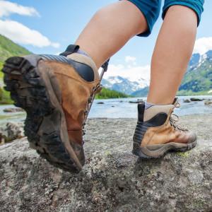 Pies con botas de una peregrina haciendo el Camino